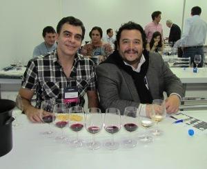 """5)Com o sommelier chileno Hector Riquelme, editor do mais prestigiado Guia de Vinhos da América do Sul, o """"Descorchados"""", na degustação dos Top Ten, os 10 melhores vinhos do concurso oficial da Feira."""